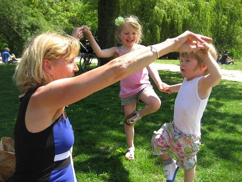 Yoga met de kleinkinderen in het park